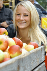 Junge Frau auf Markt mit Äpfeln