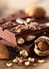 Schokolade mit Mandeln Hochformat