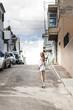 Blonde Frau auf einsamer Straße