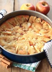 versunkener Apfelkuchen mit Mandeln und Zimt