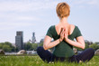 Yoga vor Stadthintergrund