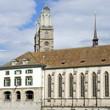 Wasserkirche in ZÜRICH / SCHWEIZ mit Münster im Hintergrund