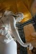 Marmorstatue mit Rose auf Grabmal