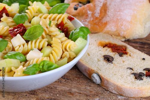 Pasta-Salat mit getrockneten Tomaten, Olivenbrot