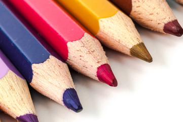 Ein paar Holzbuntstifte, freigestellt vor weissem Hintergrund