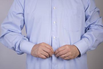 abbottonarsi la camicia