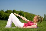 Yoga auf grüner Wiese