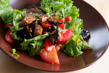 Vegetable salad with roasted pork and shiitake mushrooms