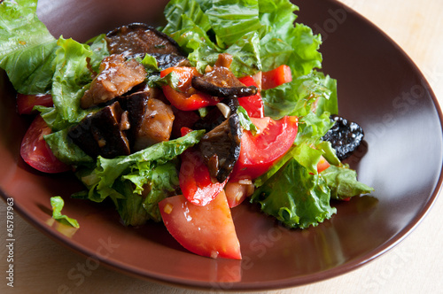 Vegetable salad with roasted pork and shiitake mushrooms