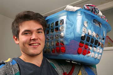 Ein Waschkorb voll Wäsche