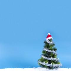 Christbaum mit Nikolausmütze im Schnee