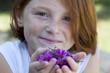 Jeune fille offrant des fleurs