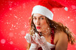 Weihnachtsfrau an Weihnachten pustet Schnee