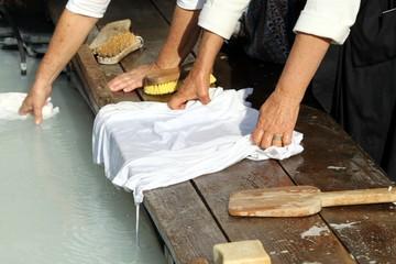 Mains de lavandières au lavoir