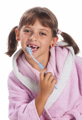 bambina si lava i denti