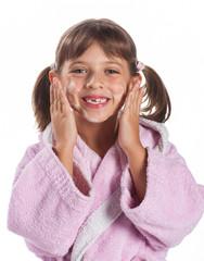 bambina si insapona il viso