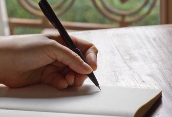 Main de femme qui écrit