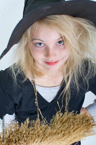 Mädchen mit Hexenkostüm