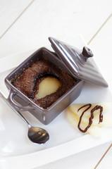 cocotte de moelleux au chocolat poire fond blanc 1