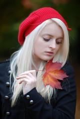 Herbstblatt in Hand von junger Frau