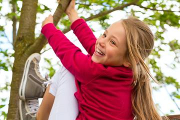 Glückliches Kind beim Toben im Garten
