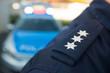 Leinwanddruck Bild - Polizist vor Polizeiauto