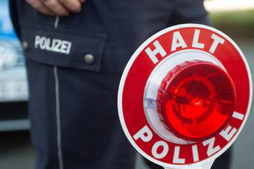 Polizist vor Polizeiauto