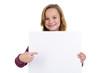 Mädchen zeigt auf großes Hinweisschild