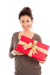 Junge Dame mit einem Geschenk in der Hand