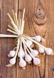 Пучок чеснока на деревянном фоне