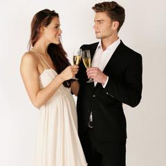 Junges Paar auf einer Cocktailparty