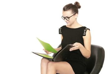 Geschäftsfrau liest sich Dokumente durch