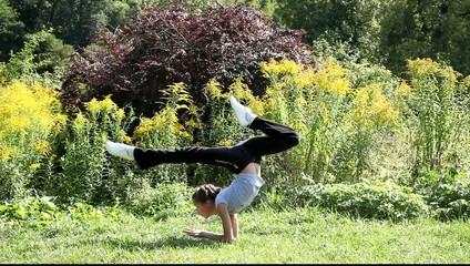 Девушка проводит гимнастическую тренировку на природе