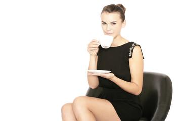 junge Frau trinkt aus einer Tasse