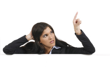 Frau zeigt böse auf leeres Plakat