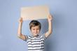 Kind mit Schild mit Freiraum für Text