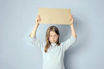 Wütendes Mädchen hält Schild mit Textfreiraum