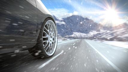 Auto auf winterlicher verschneiter Straße © Shutter81