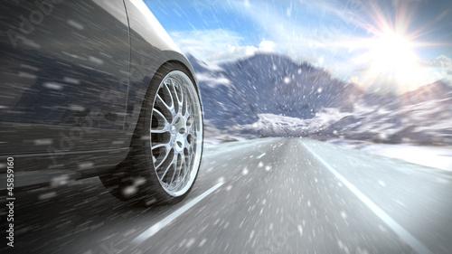 Auto auf winterlicher verschiedner Straße