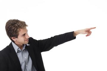 Mann zeigt mit dem Finger zur Seite