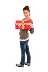 Junge Dame - lässig in Jeans mit Geschenk