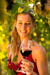 Frau mit Wein Glas auf Weingut - Weinkönigin
