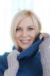 Blonde hübsche Frau mit Wollpullover