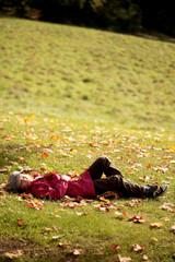 Mädchen liegt auf der Wiese und schläft