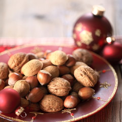 Weihnachtsteller mit Nüssen