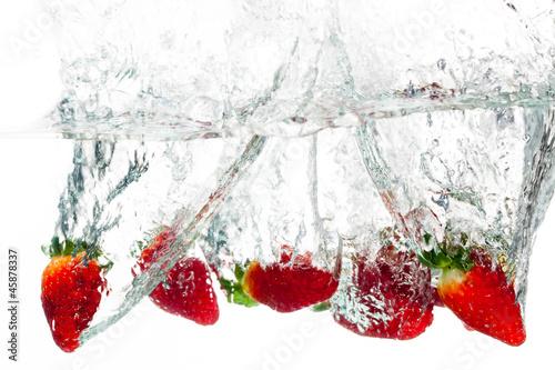 Foto op Canvas Opspattend water Strawberries