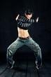 tanzende Frau in Jeanshose