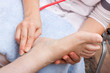 Ärztin untersucht Fuss einer Patientin