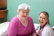 Patientin und Ärztin lachen mit blick zum Betrachter
