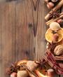 Rahmen aus weihnachtlichen Gewürzen und Nüssen
